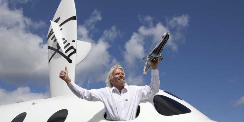 Глава Virgin Galactic Ричард Брэнсон совершил первый туристический полёт в космос.