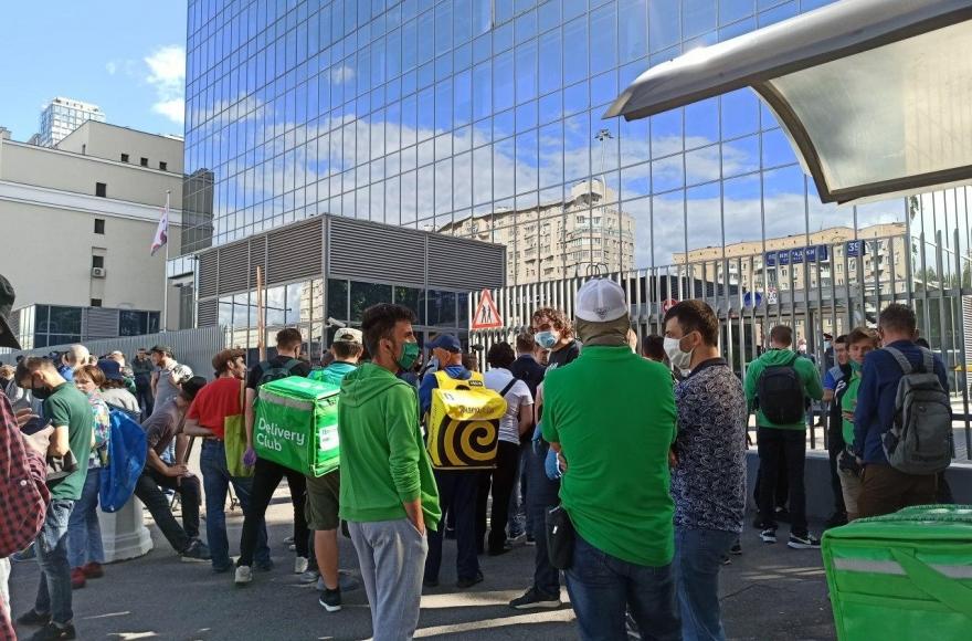 Курьеры Delivery Club объявили забастовку из-за невыплаты заработной платы