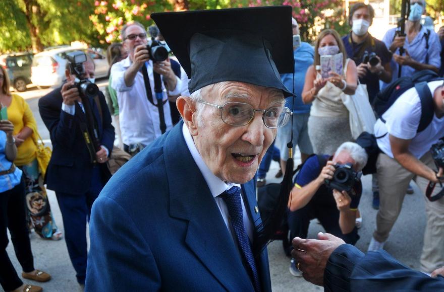 Мечтать никогда не поздно: 96-летний итальянец окончил университет, став самым старшим выпускником в стране