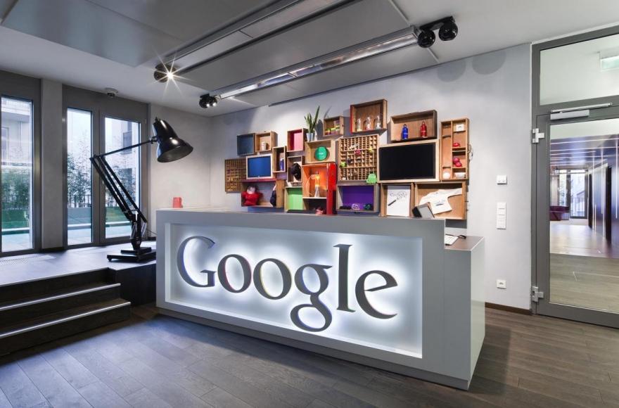 Google оставляет сотрудников дома ещё на год